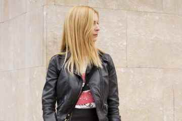Camiseta Bershka falda volantes de polipiel, chaqueta cuero y bolso con flecos
