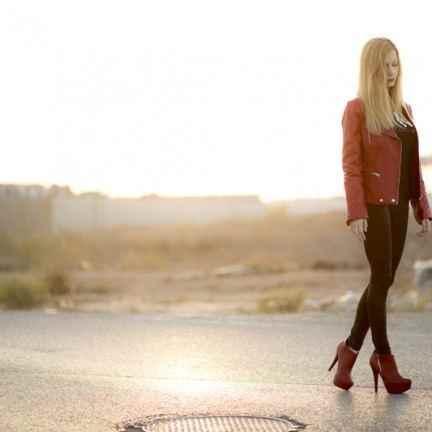 Biker y botín de cuero rojo de Zara y leggins de Bershka