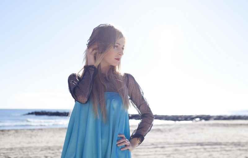 Diseñadora de moda Carla Tomas, vestido azul