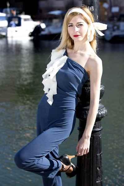 Diseñadora de moda Carla Tomas, mono azul
