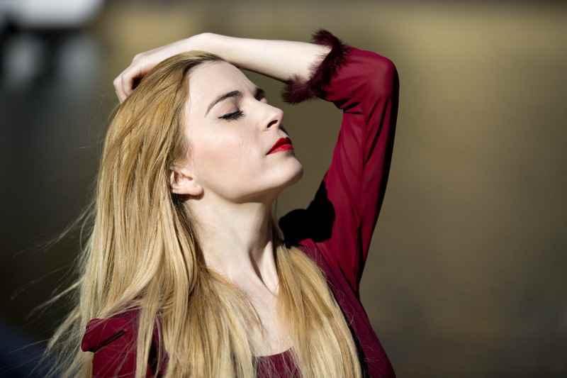 Carla Tomas diseñadora de moda, vestido rojo