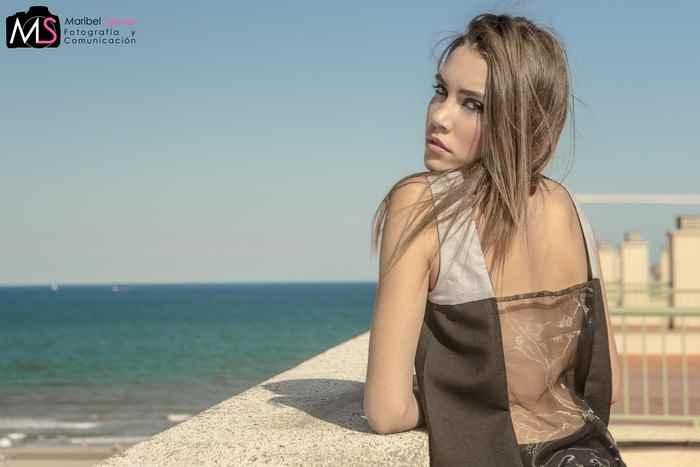 Ada Cerdá es una diseñadora que estudia en EASD, valenciana. Es una joven emprendedora que intenta hacerse un hueco en el mundo de la moda y seguro que lo conseguirá. Ada va a participar en Valencia Fashion Week en el Dedal Showroom y además desfilará en el Culture Place.