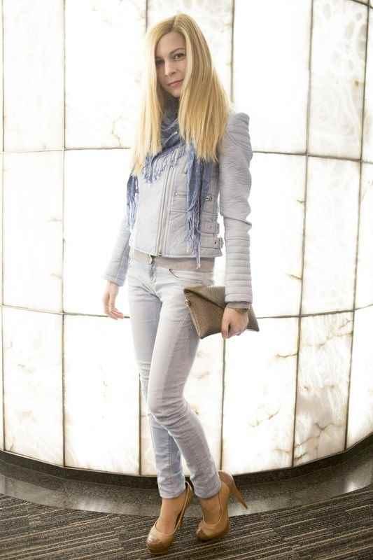 Camiseta básica azul marino y pantalón vaquero de Zara
