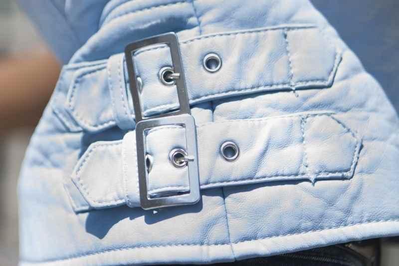 Cazadora de cuero azul baby de Zara