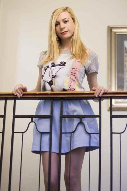 Camiseta con patines falda azul baby pastel de Stradivarius y slippers troqueladas de Bershka