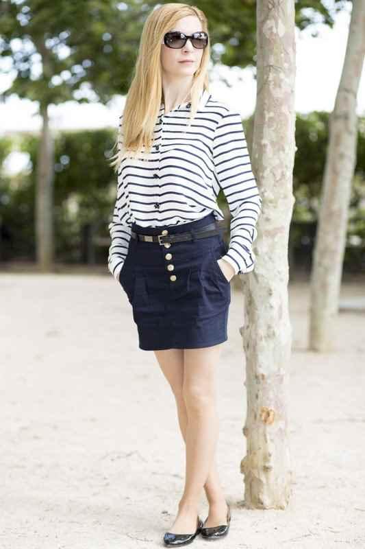 Camisa a rayas blanco y azul marino con falda navy de zara