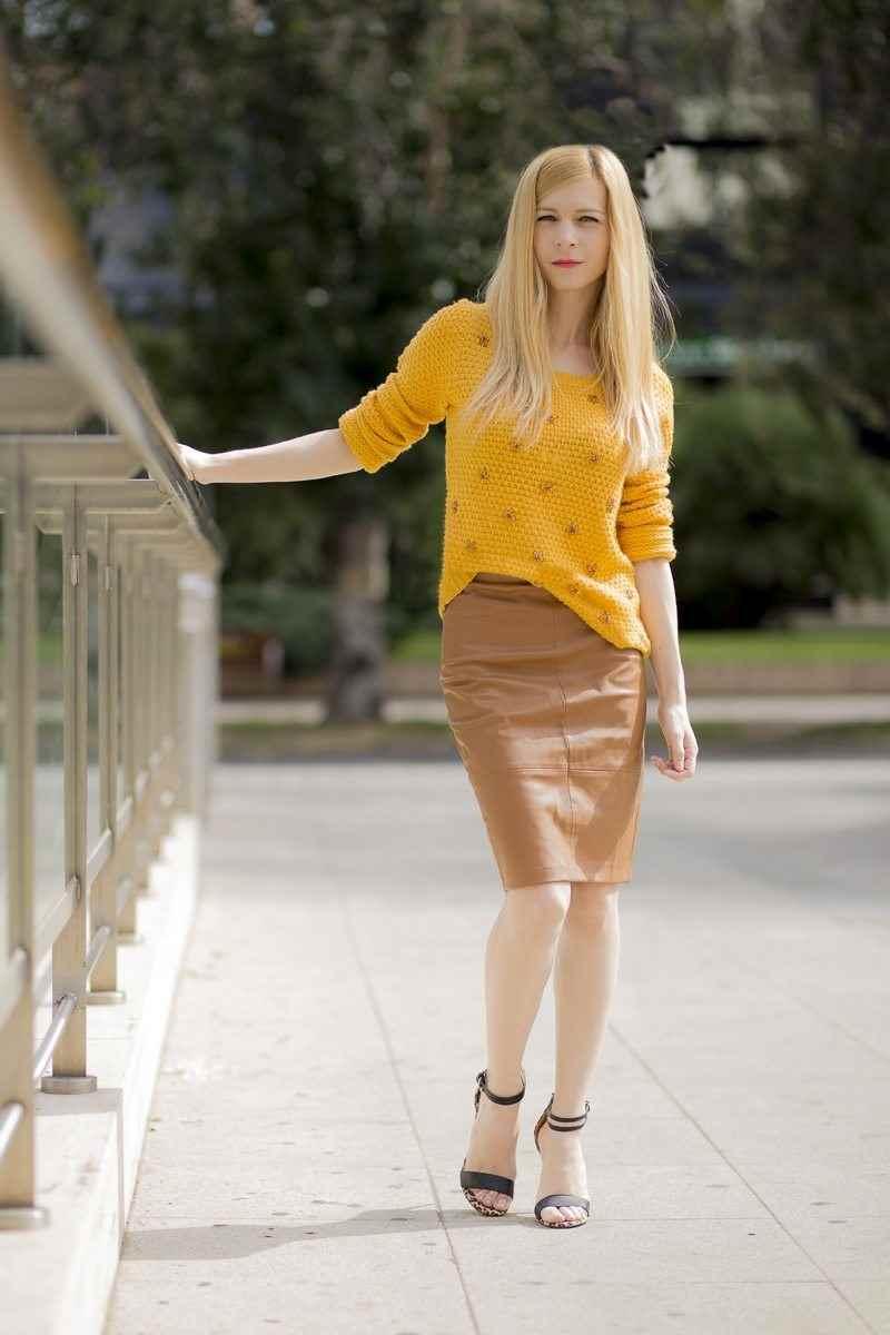 Suéter color mostaza y falda efecto piel color camel de Stradivarius