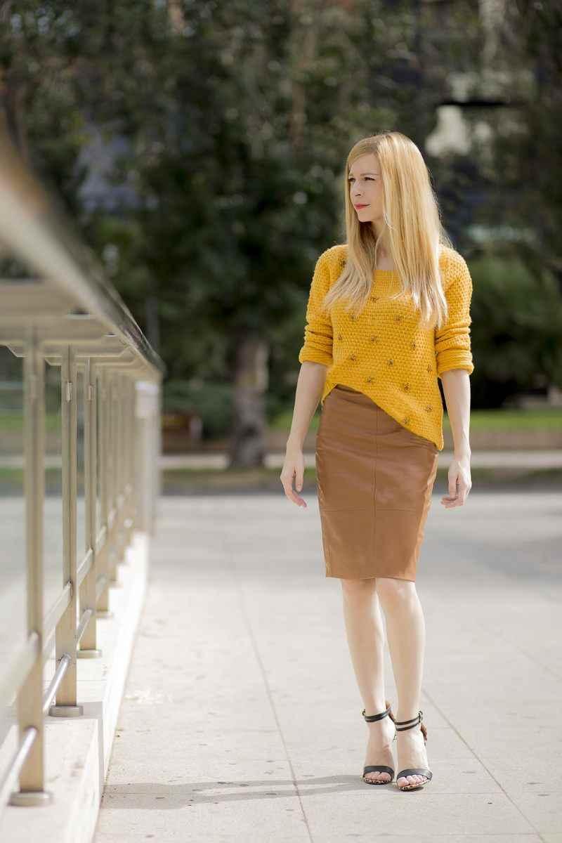 Suéter color mostaza y falda efecto piel camel de Stradivarius