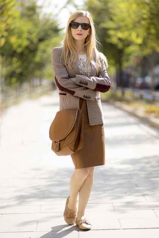 Blazer marrón de Zara, bolso y falda efecto piel color camel Stradivarius oxford de bershka