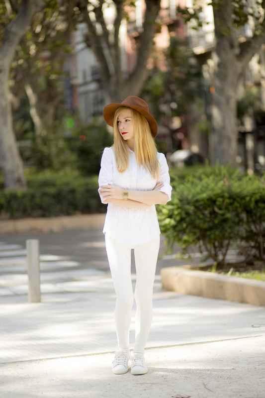 Camisa blanca de Zara, pamela marrón Stradivarius