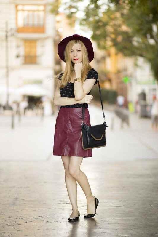 Pamela con falda granate de Stradivarius