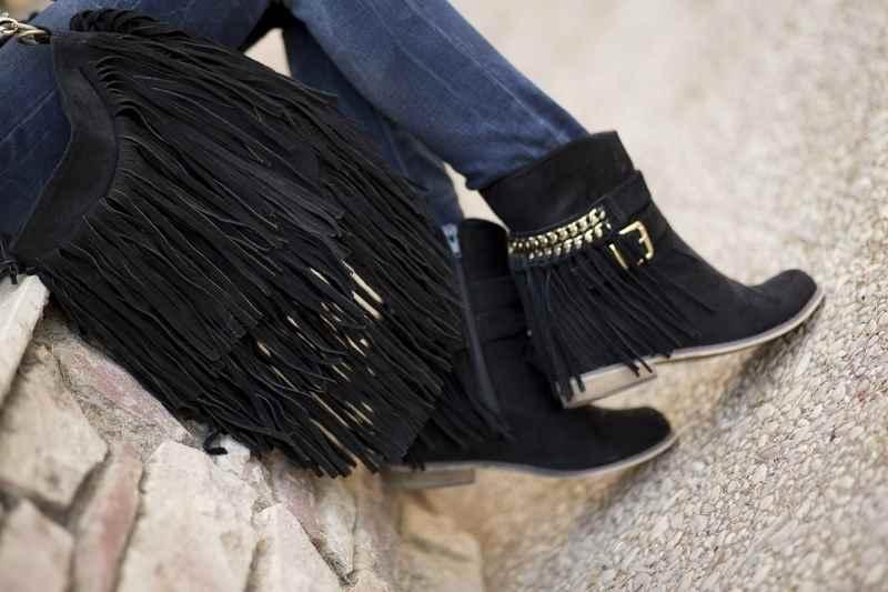 Bolso y botines con flecos de Blanco Suite