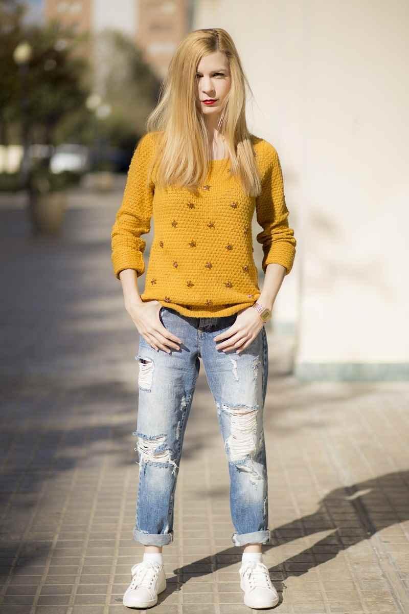 Boyfriend jeans y suéter color mostaza