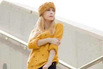 Suéter mostaza y pantalón animal print con turbante