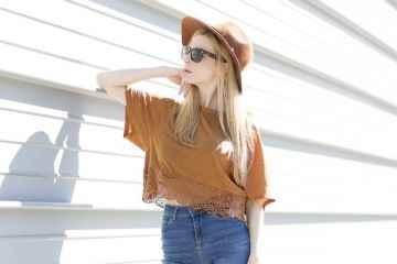 Look boho con camiseta de ante y pantalon de campana con pamela marrón