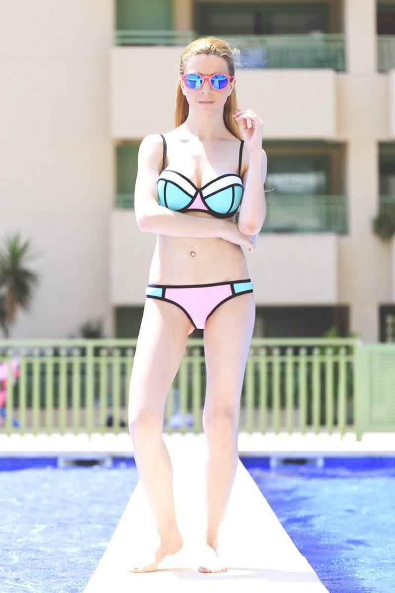 Bikini de Triangl y gafas Northweek de madera rosa